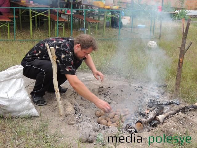 Отец Сергий из Лунинецкого благочиния печёт картошку на костре