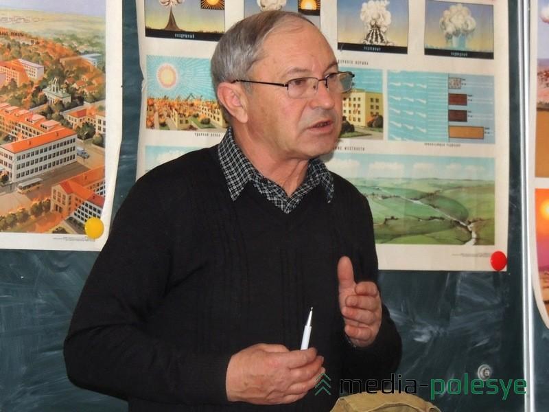 Педагог Анатолий Ложечник рассказывает школьникам о том, как вести себя в чрезвычайных ситуациях