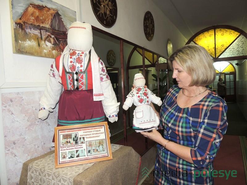 Касцюм на ляльцы ў руках Валянціны Лёгкай – церабліцкі касцюм. У касцюм з церабліцкімі матывамі апранута і гэта вялікая лялька