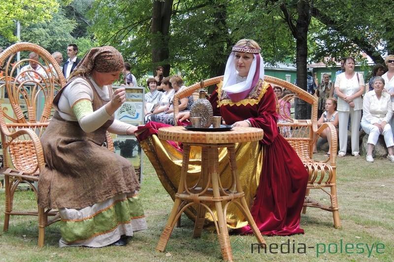 Ніна Лісавец (першая справа) у ролі князёўны на свяце ў Столінскім раённым краязнаўчым музеі