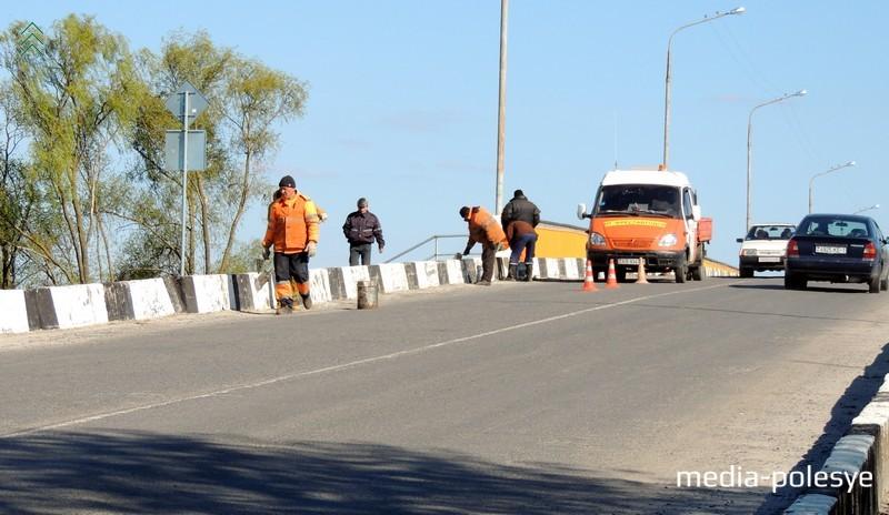 Как делали ремонт моста в центре города около двух месяцев назад. Фото из архива Медиа-Полесья