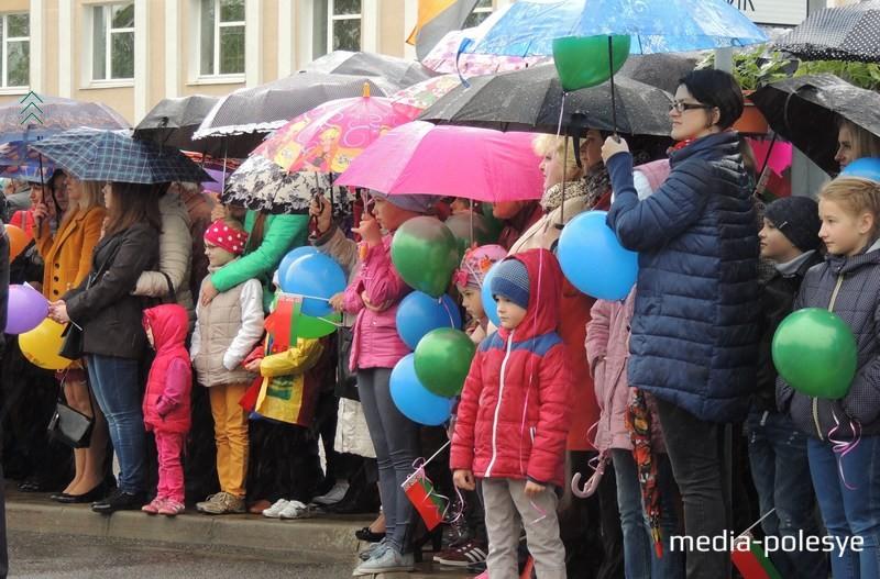 Сотни горожан и гостей города пришли на митинг, чтобы отдать дань памяти и уважения всем тем, кто приближал Великую Победу