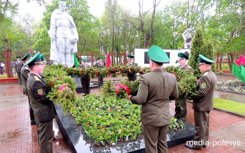 Военные возлагают гирлянду к братской могиле. 2017 год