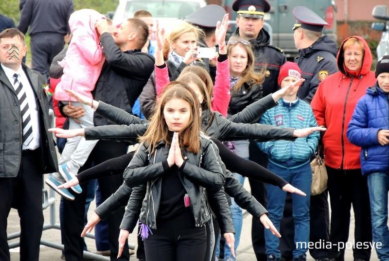 Флешмоб в день открытия мотосезона подарили девушки всем зрителям