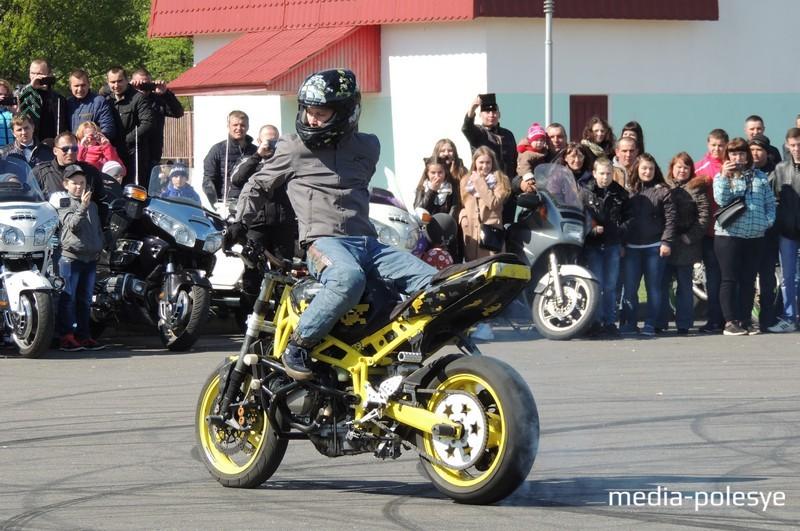 Трюки на мотоцикле в исполнении Дмитрия Трухановича