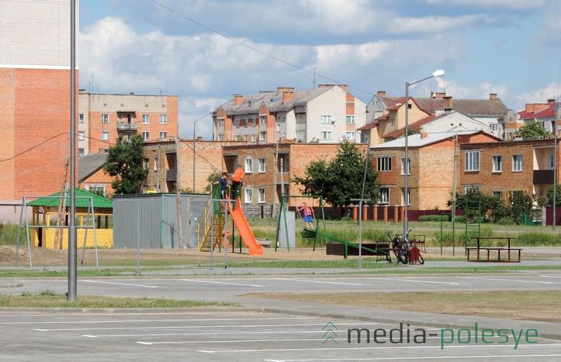 Автостоянка и детская площадка возле нового дома по улице Чкалова