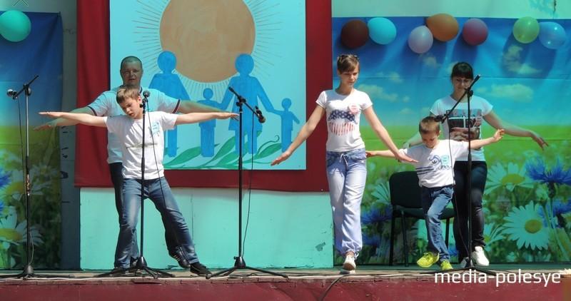 Танцевальный номер для творческого конкурса поставила Кира Тропец, научив родителей и младших братьев элементам танца