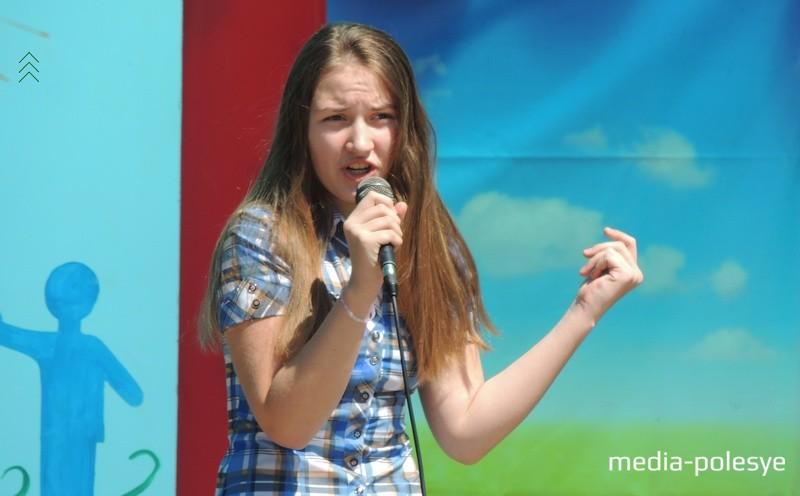 Пока жюри совещается, для зрителей поёт Мария Арсенович