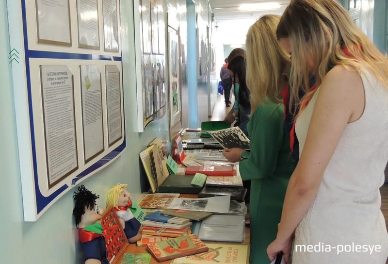 На втором этаже гимназии организовали выставки о детском движении в районе