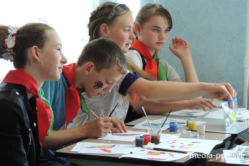 Ребята с увлечением выполняли задания педагогов на художественном мастер-классе