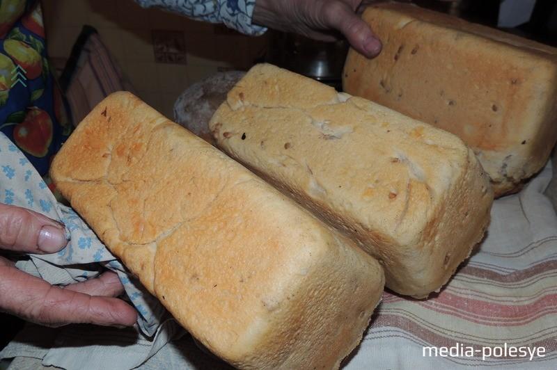 Хлеб из формы надо достать на расстелённое на столе полотенце