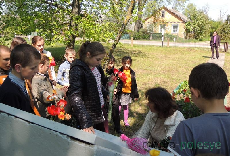 Дети принесли к памятникам цветы