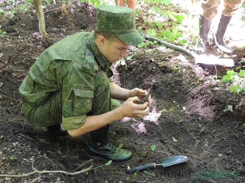 Эту ручную гранату нашли около останков во втором месте захоронения