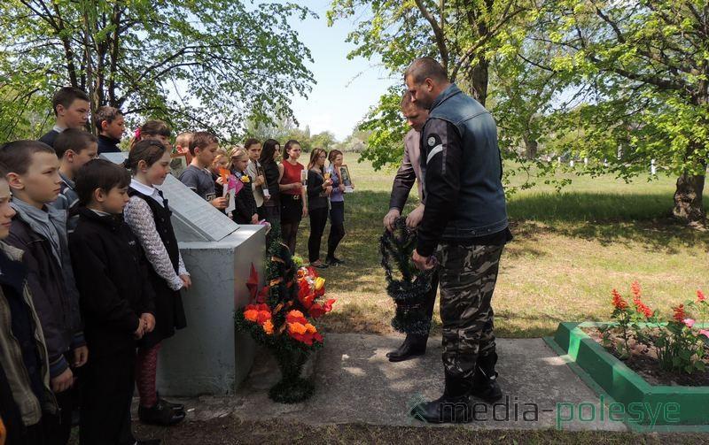 Участники автомотопробега возлагают корзину с цветами к памятнику погибшим в годы Великой Отечественной войны землякам в Колодном