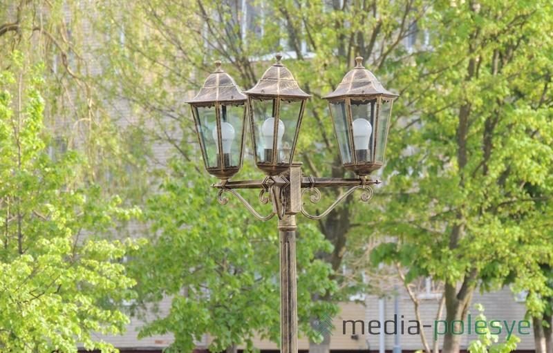 Столбы украшены фонариками с энергосберегающими лампочками