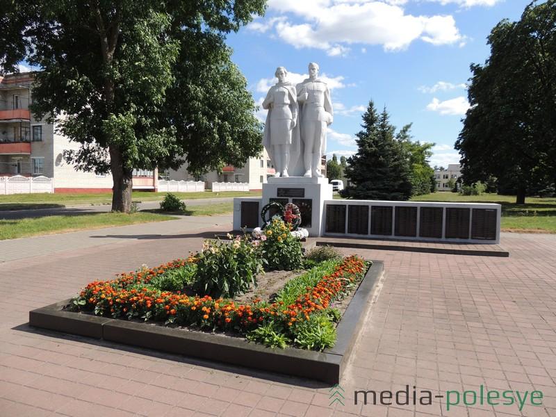 Братская могила в деревне Федоры Столинского района
