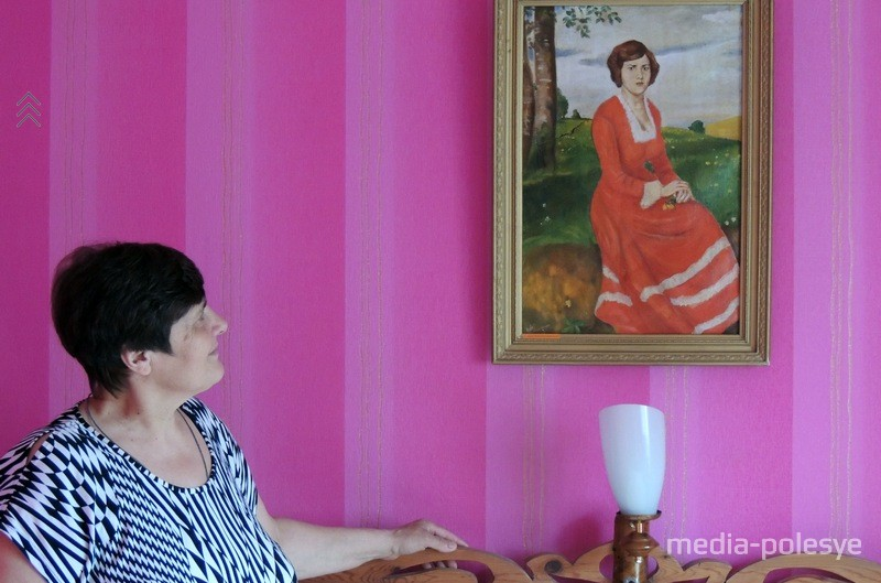 Алена Герасімаўна Кулік каля свайго партрэта, напісанага мужам. Да партрэта яшчэ прыкладалася песня «Сярэбраныя струны»