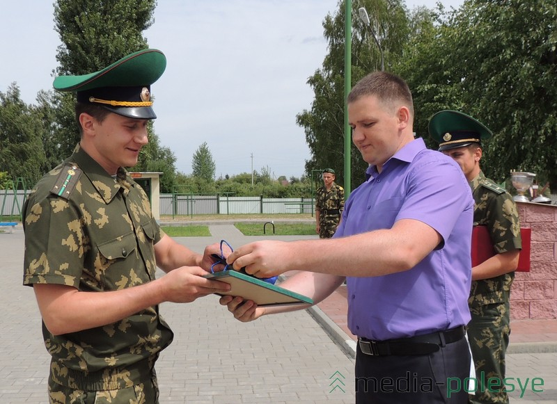 Грамоту и подарок Максиму Ратникову вручает Вадим Заруба