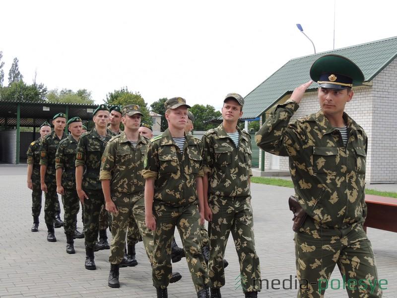 Торжественным маршем прошли пограничники по плацу ОПС «Речица»