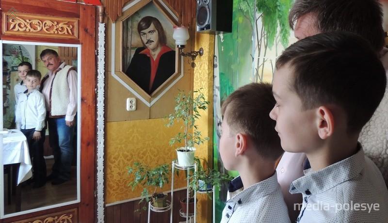 Павел Паўлавіч з унукамі. На супрацьлеглай сцяне – аўтапартрэт мастака
