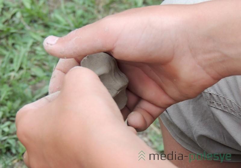 Кавалак гліны ў дзіцячых руках ператвараецца ў цікавы выраб
