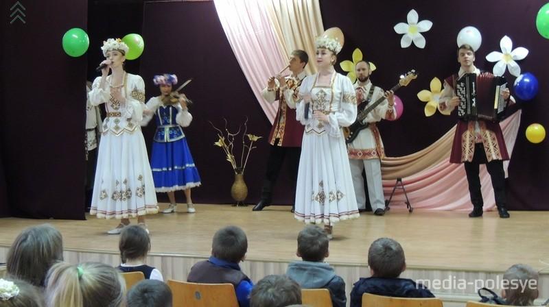 Выступает Белорусский государственный ансамбль народной музыки «Свята»