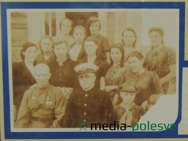 Директор судоверфи Василий Комиссаров (в центре) с аппаратом управления 1945 году