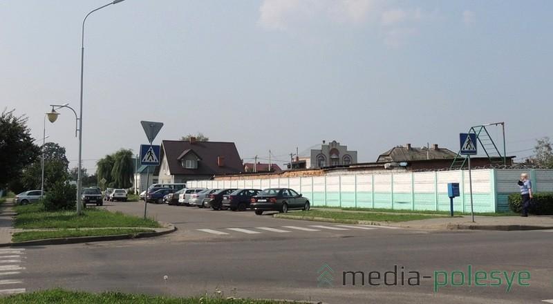 Автомобильная стоянка около РОВД по улице Красноармейской практически всегда полна автомобилей