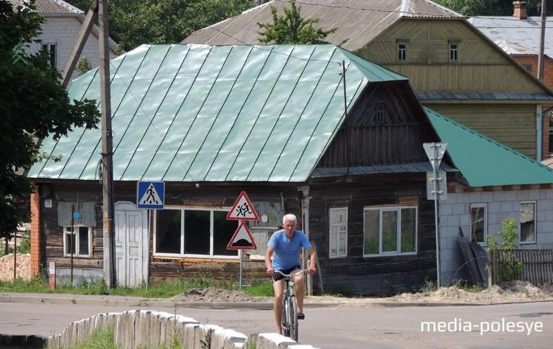 Многие дома по центральным улицам Давид-Городка благоустраивают