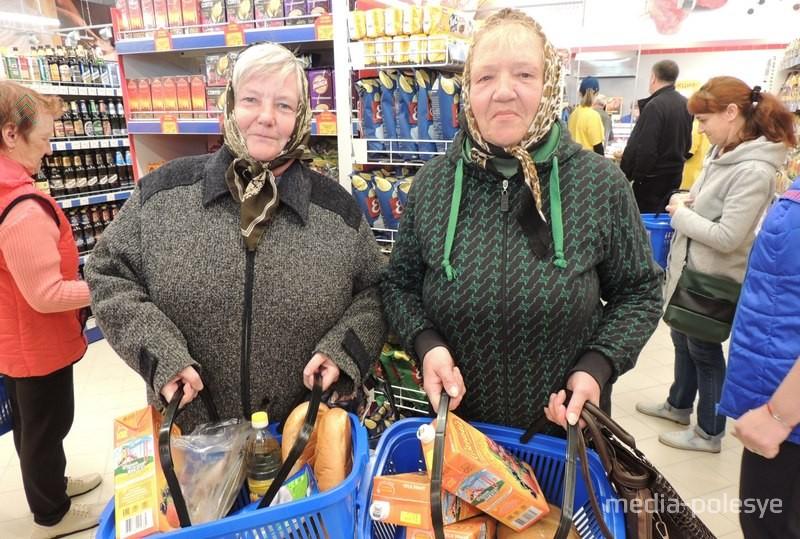 Любовь Владимировна и Нина Ивановна говорят, что ещё не всё успели рассмотреть, но первые покупки уже в корзинах