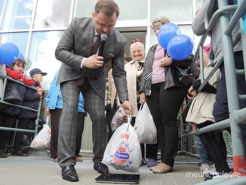 У первых покупателей общий вес покупок составляет около пяти килограммов