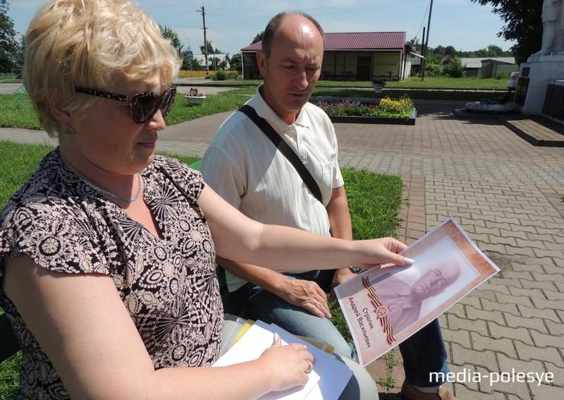 Андрей Геннадьевич Строгин вместе с супругой Светланой у братской могилы в Федорах