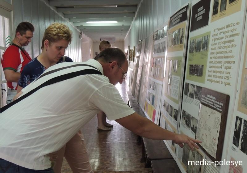 Андрей Строгин с семьёй знакомится с материалами музея, созданного педагогами и школьниками в Федорах