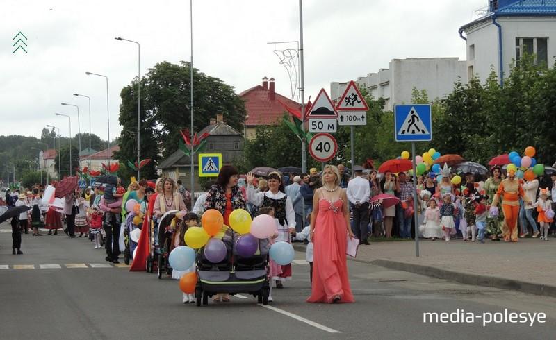 У час парада дзіцячых калясак