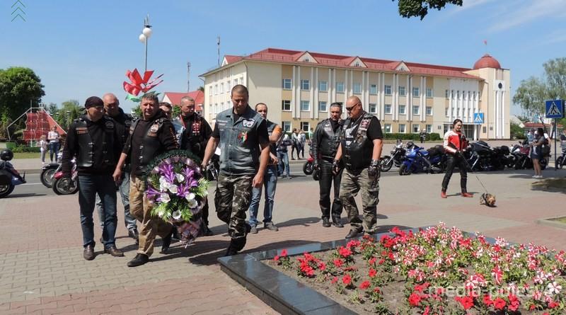 По пути следования байкеры возлагали корзины с цветами в память о погибших в годы Великой Отечественной войны