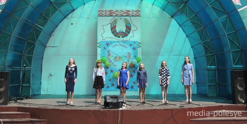 На сцэне выступае ансамбль Рэчыцкай дзіцячай школы мастацтваў