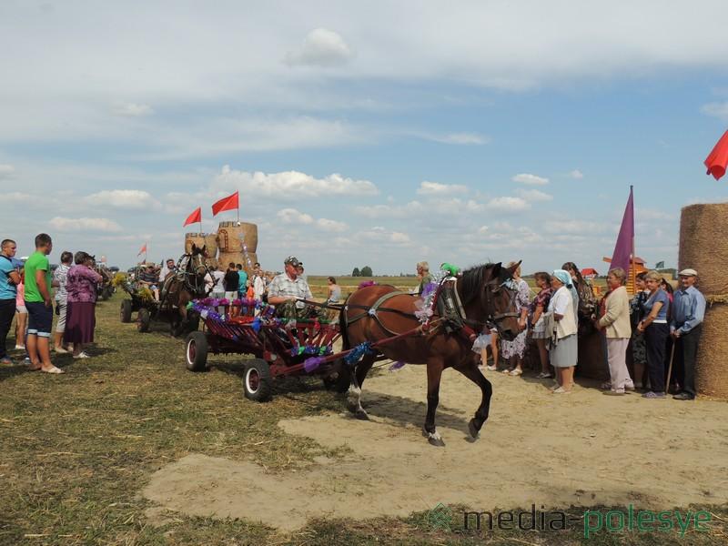 Участники соревнований конных упряжек проехали вокруг соломенной крепости