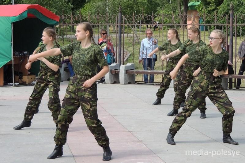 Выступае ансамбль народнага танца з Рамля