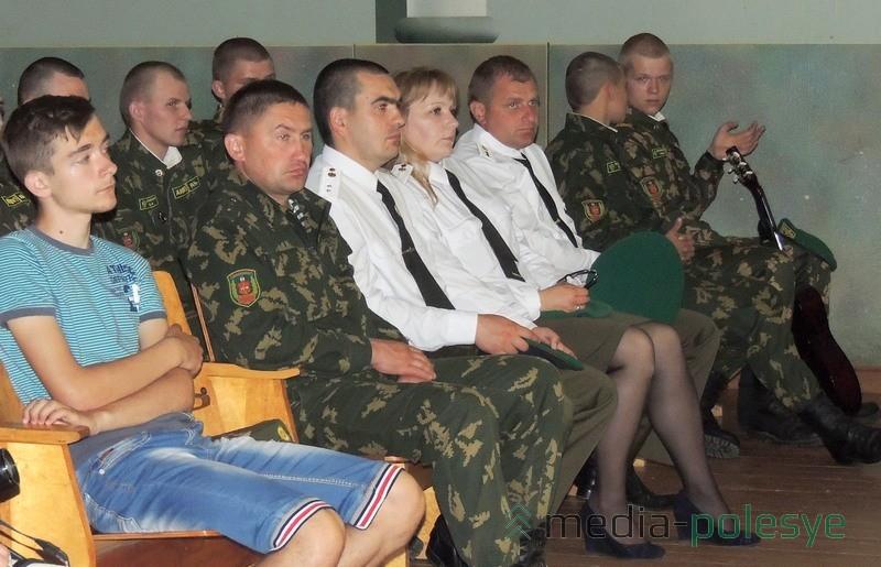 Пограничники сидели в зале на почётных местах