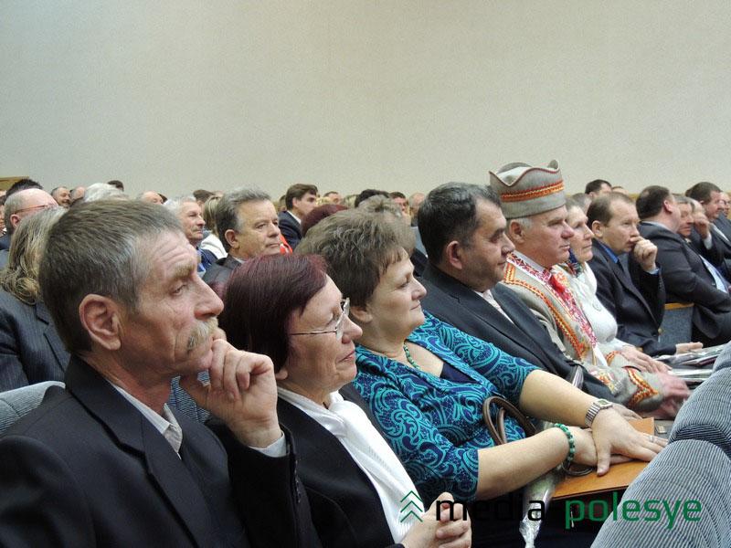 В первых рядах сидят те, кого наградили грамотами во время торжественной части