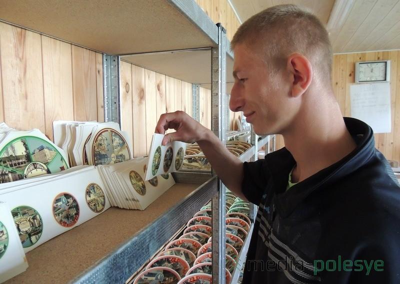Степан Мельник у стеллажа с заготовками и готовой продукцией