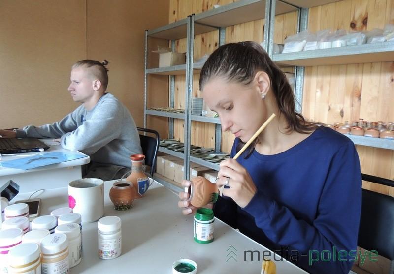 Лизе и Евгению Кучеренко нравится трудиться в мастерской