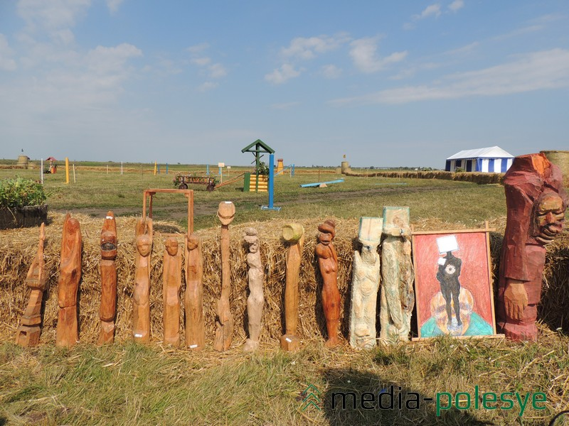 Нядаўна зробленыя драўляных скульптур майстра можна было ўбачыць пад час правядзення коннага фестывалю ў Рамлі