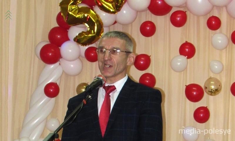 Поприветствовать гостей вышел выпускник, а ныне директор школы Николай Дубинецкий