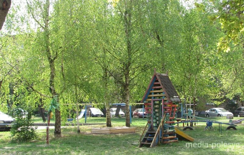 Дворик утопает в зелени. Площадка для детей сейчас