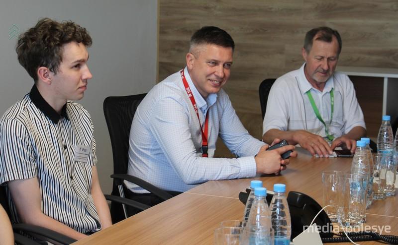 Директор завода «АйПауэр» Сергей Мельникович (в центре) отвечал на вопросы участников тренинга