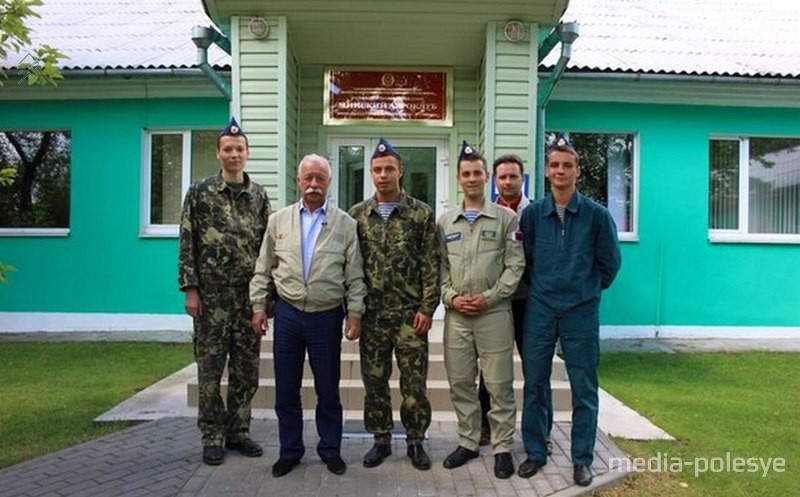 Роман Киндрук (третий слева) с Леонидом Якубовичем