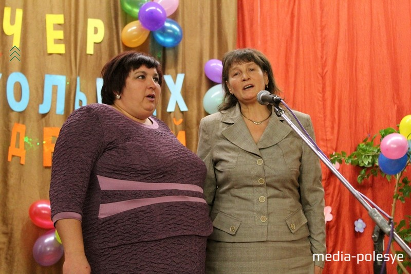 Татьяна Ольшевская и Татьяна Ничипорчик поют для юбиляров школы