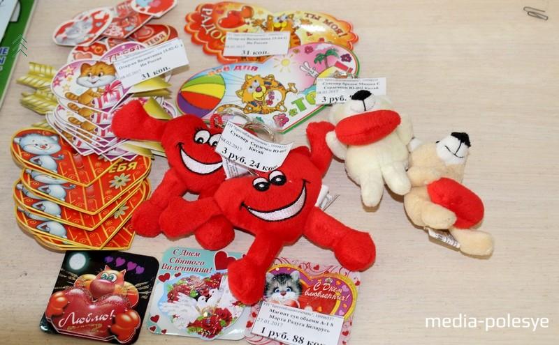 В другом магазине валентинки по 31 копейке, магниты к празднику – по 1 рублю 88 копеек, сувенир «Сердечко» - 3,24, брелоки «Мишка сердечком» - 3,90