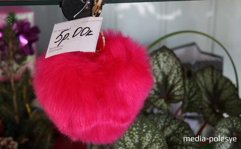 Брелоки в форме сердца обойдутся в 5 рублей. Предлагают покупателю в самых разных цветах